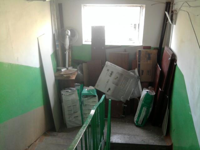 Как заставить соседей убрать вещи из общего коридора?