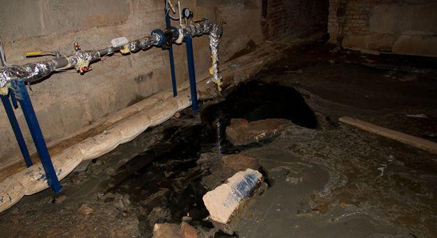 Сильный запах канализации в подъезде: причины, куда обращаться