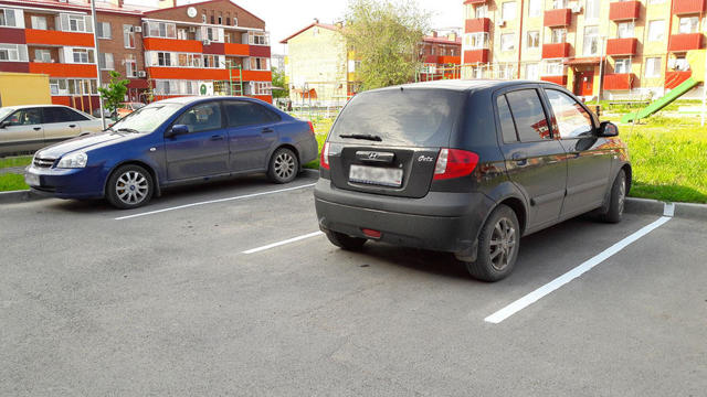 Незаконная парковка на придомовой территории: куда жаловаться?