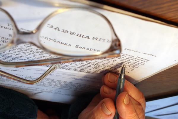Кто имеет право на наследство по закону при наличии завещания?